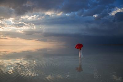 После грозы или прогулка по Эльтону... фото цвет девушка гламур озеро зонт вода небо облака солнце Эльтон