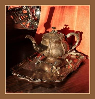 Натюрморт на кухне - 2 чайник, поднос