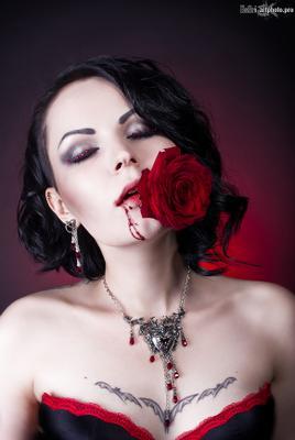 О розах и шипах... роза красная шипы кровь девушка макияж стразы линзы татуировка ожерелье гот готическая модель эсфирь rose red spikes blood girl makeup rhinestones lenses tattoo necklace goth gothic model esfir