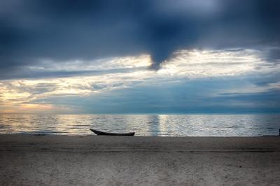 Рыбацкая лодка на берегу Байкала Байкал, бурятия, озеро, лодка, песок, закат, вечер