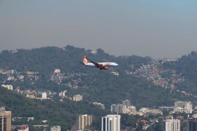 Самолет летит над Рио - лучшим городом Земли Рио де Жанейро Бразилия самолет