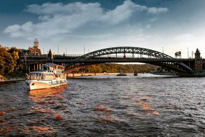 по Москве - реке