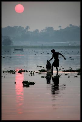Рассветный улов бирма амарапура озеро рыбак сеть рассвет мьянма