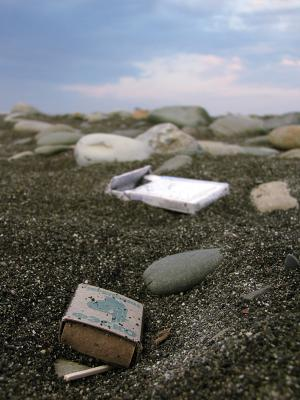 Мусор. коробок, коробка, сигареты, спички, спичка, песок, камни, мусор