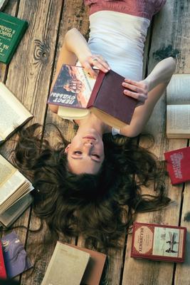 Много книг не бывает Книги красивая девушка фотосессия белая майка
