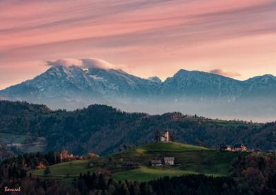 Рассвет над Юлианскими Альпами рассвет Храм горы облака