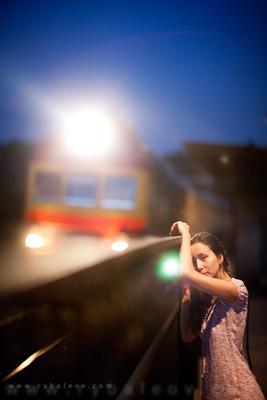 Поезд Рыбалёв Роман поезд Катерина Мян девушка вечер станция свет