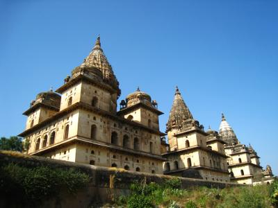 Храмы Chhatris Cenotaphs в городе Орчха в штате Мадхья-Прадеш. Индия вулкан кратер горы скалы дворец