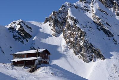 Горный отель. горы пейзаж снег