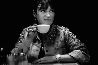 В кафе кафе девушка кофе чай кружка чб черно белое портрет