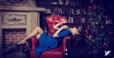 Надя кресло модель платье камин елка брюнетка ножки