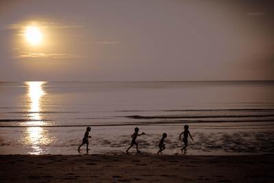 Догоняя горизонт Море закат дети
