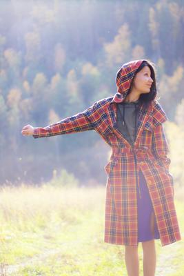 *** девушка плащ солнце лес