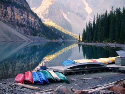 Moraine Lake, каяки, раннее утро Канада, провинция Альберта, национальный парк Банф(Banf), озеро, Moraine Lake