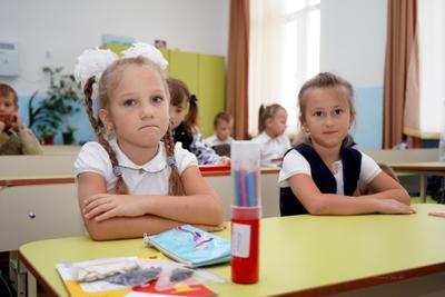 Первоклашка школа урок взгляд девочка