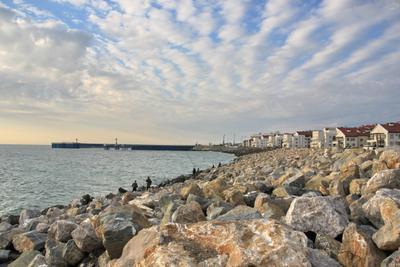 Каменная набережная город море камни набережная облака