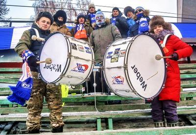 Группа поддержки Лед хоккей стадион игра барабаны