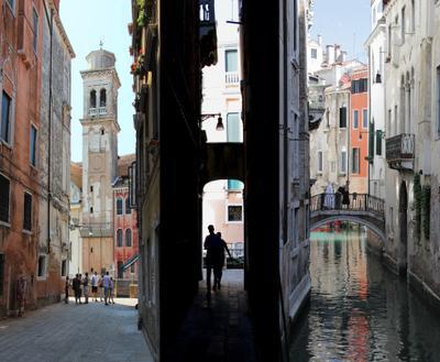 Узкие улочки (триптих) Венеция канал улица стена люди