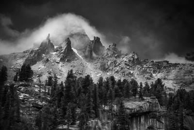 Пик Молодежный пейзаж природа путешествия туризм поход горы пик вершина скалы тайга ергаки красноярский край саяны сибирь чб черно-белая туман облако