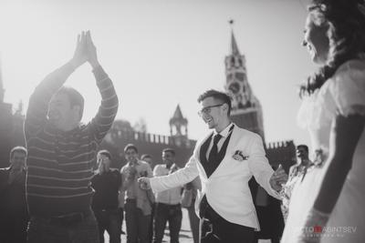 Танцы на Красной площади свадьба Москва Красная площадь чб черно-белое танцы