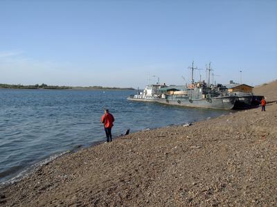 Воскресным утром река томь берег рыбак рыболов буксир катер