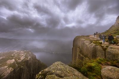 ПОСТОЮ НА КРАЮ...  ДЕНЬ РОЖДЕНИЯ - ГРУСТНЫЙ ПРАЗДНИК. Норвегия-2017 Прекестулен пропасть скалы высота 600м