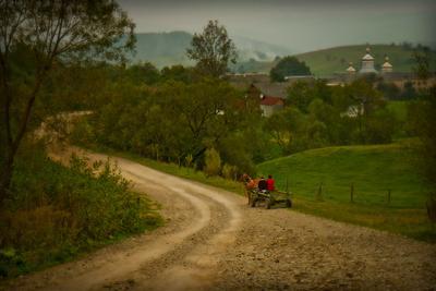Сельские мотивы сентябрь Карпаты дорога лошадь люди церковь гармония