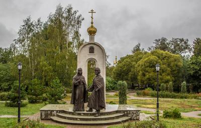 Дмитров. Памятник семье.