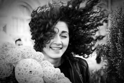 Фотосессия и непредсказуемые погодные условия. чб девушка портрет ветер весна волосы улыбка