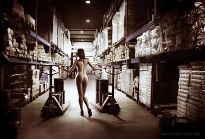 Фото на календарь «Технологии торговли - 2015» реклама рекламное фото ню девушка склад ретушь коллаж лобур