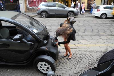 Девушка и электромобиль