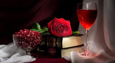 Истина в вине. Роза вино в бокале зерна граната книги