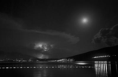 вечер с луной и молниями луна молния черногория