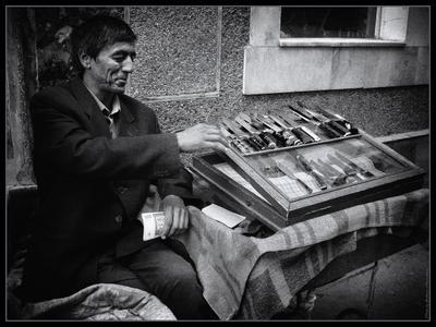 *Продавец ножей* (Фергана - 2008) фотография путешествие Узбекистан рынок жанр Фото.Сайт Светлана Мамакина Lihgra Adventure
