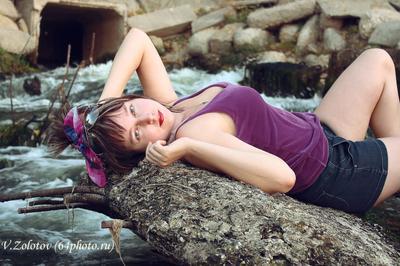 Молодая девушка у воды молодая девушка женщина красивая веселая кокетлевая игривая глаза портрет лицо губы маникюр декольте платье фон ресницы макияж вода пена камни пляж природа одежда бант взгляд