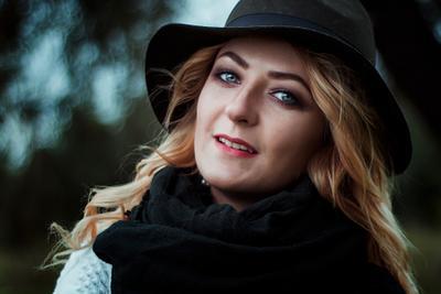 Мария портрет девушка глаза улыбка шляпа волосы canon 50mm