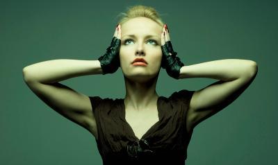 отвал башки девушка держит руками голову
