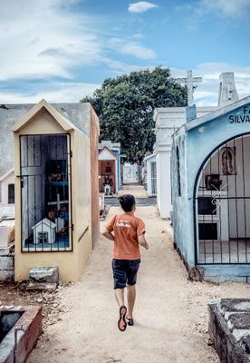 Бег среди могил ребенок бег кладбище могилы Мексика