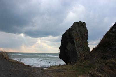 Хмурится небо, волнуется море, а я смотрю вдаль сахалин останец большой корсаковский район