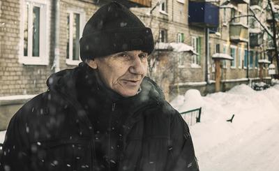 Прохожий. Старик мужчина улица город снег