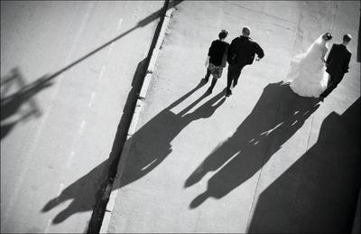 Парочки парочки люди невеста жених тени Москва город