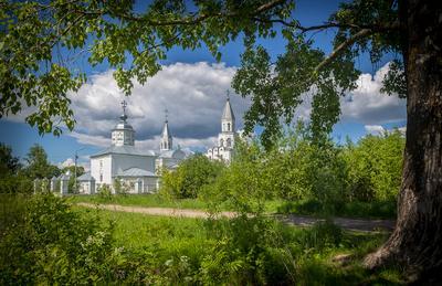 В полдень храм монастырь посмурно небо дождь дерево дорога кустарник
