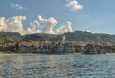 Город у моря пейзаж природа Италия Тропеа море лето путешествия туризм горы город архитектура