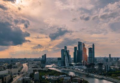 Идеальный день. Москва в облаках.