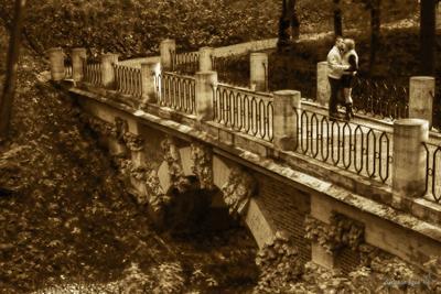 Пара на мосту