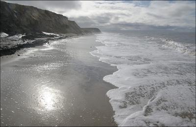 немного солнца в холодной воде берег моря волны контровый свет