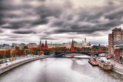 Пасмурная Москва. Москва осень кремль набережная город панорама серое небо река