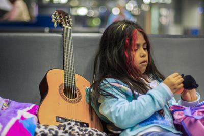 Маленькая индианка аэропорт девочка гитара