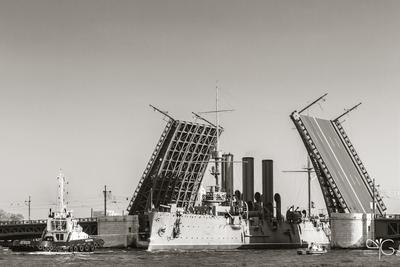 Крейсер Аврора проходит Дворцовый мост Аврора Нева крейсер Санкт-Петербург реставрация буксировка