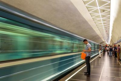 Пассажир с оранжевым пакетом метро пассажир поезд подземка